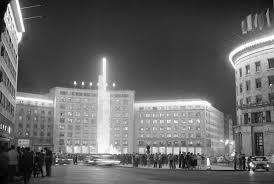 Prvi od tri obeliska koji su obeležavali knoferenciju ispred Doma sindikata na tadašnjem trgu Marksa i Engelsa