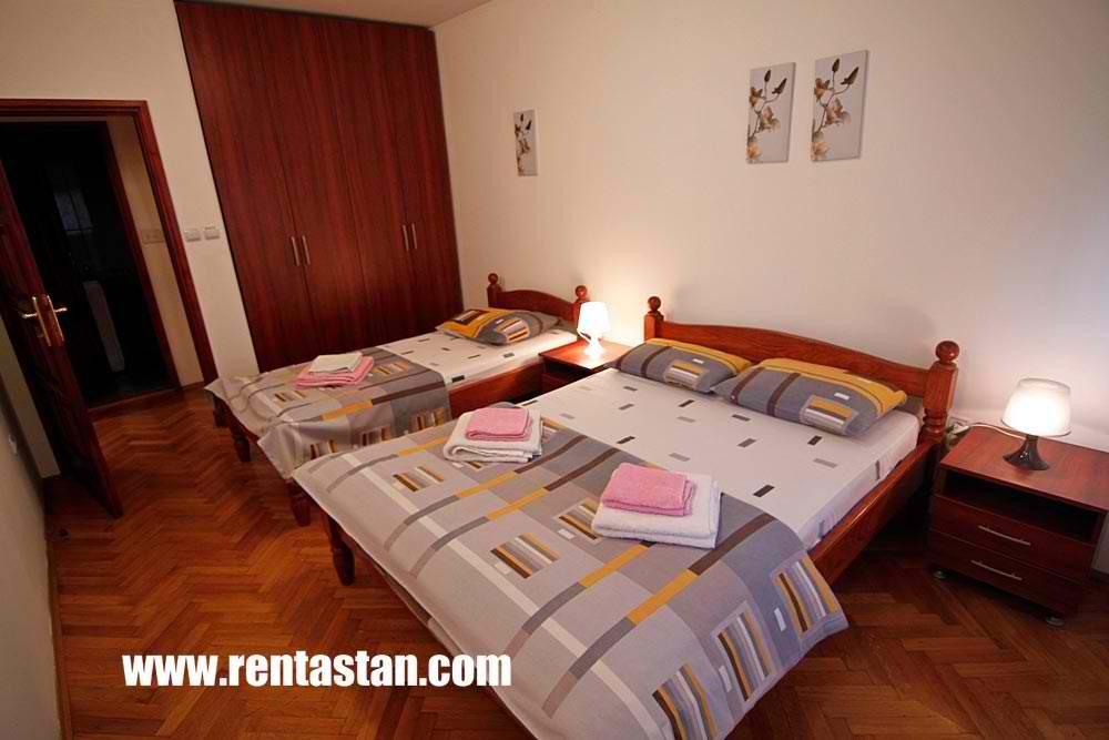 Soba sa bračnim i singl krevetom u apartmanu Aleksandrija