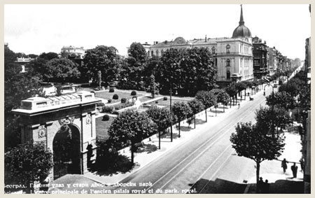 The New Palace in 1930s with entrance to Royal Gardens