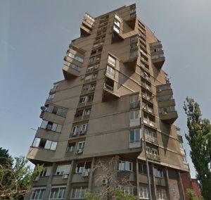 toblerone zgrada karaburma - 10 neobičnih zgrada u Beogradu
